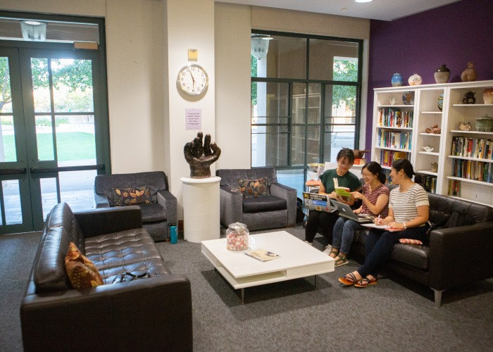 Image of students in the Writing Center.