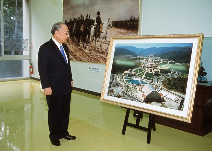 Daisaku Ikeda looks at large photo of the plans for the SUA Aliso Viejo campus