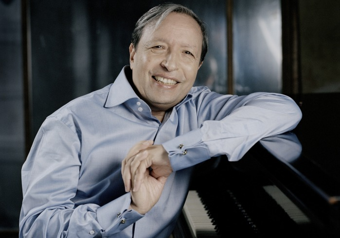 Murray Perahia sitting at the piano