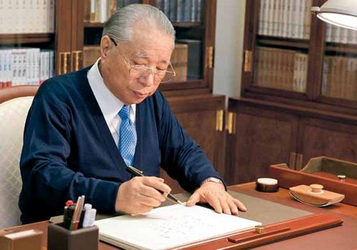 Daisaku Ikeda writes at his desk