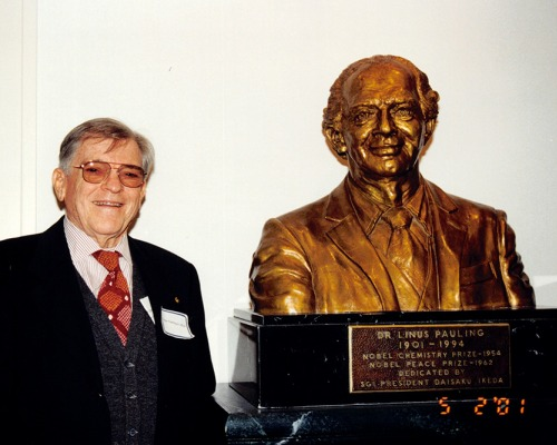 Linus Pauling Jr. with a bust of his father